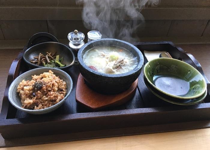 ほかに石焼きビピンパ、豚キムチ丼、暑い季節には、冷麺や豆腐チゲなども登場します。ごはんは酵素玄米。食材のほとんどが、すぐそばにある「安心農園」で穫れたもので、緑茶とほうじ茶には前出の佐野川で育てた有機栽培の茶葉が使われています。