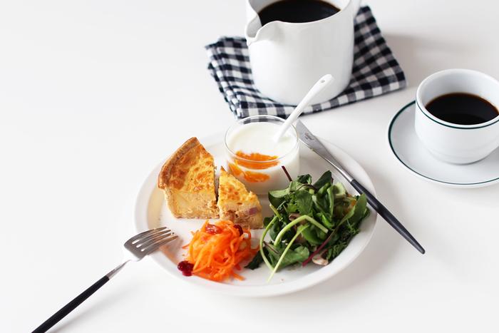 食事の手を休める時は、フォーク・ナイフはプレートの上に「八の字」で置きます。その時にフォークは背を上向きに、ナイフは刃を内向きに置きます。料理を食べ終えた後は、フォークとナイフを揃えてお皿の上に置きます。これは「さげてください」というサインになります。