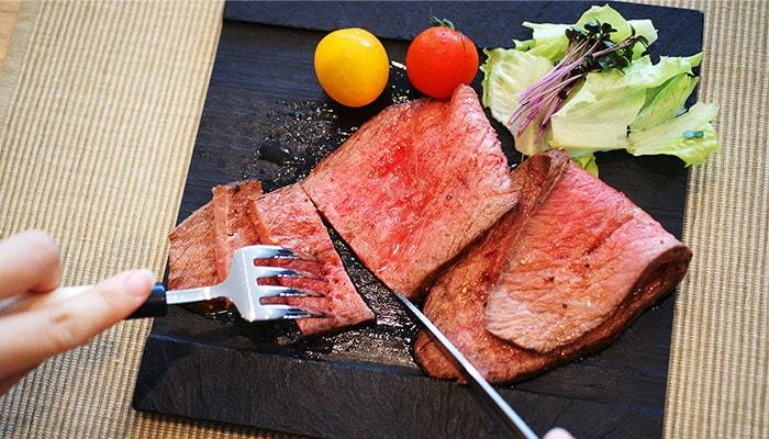 西洋料理、特にフランス料理ではあらかじめ、テーブルの上にカトラリーが並べてあります。使う順番は、右も左も「外側」からになります。ナイフは力を入れ過ぎずにゆっくり動かすと、スマートに使うことができます。