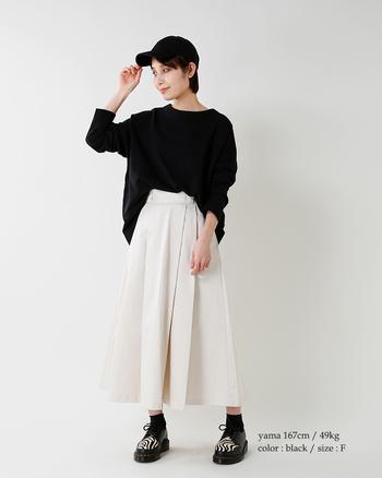 レディライクなスカートと合わせてもOK。甘辛なコンビネーションが絶妙なバランスで可愛く仕上がります。