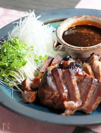 ダッチオーブンを使って作る焼き豚は、ふんわり柔らか♪余熱でじっくりと火を通します。
