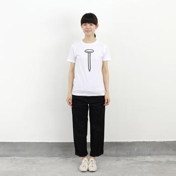 釘をモチーフに描かれたユニークなイラストTシャツ。黒のパンツを合わせて、シンプルなモノトーンでゆるくまとめています。