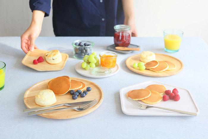 デザートにナイフがなくフォークのみの場合、フォークで一口サイズに切り分けて食べます。フルーツをフォークで刺して食べても、マナー違反にはなりません。
