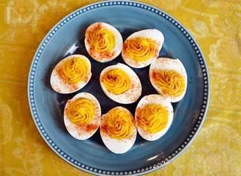 基本の黄身ペーストにアレンジを加えて、カレー風味やわさび風味などさまざまな楽しみ方があるデビルドエッグ。味と食感にアクセントをつけるためにピクルスなどを入れるのもポピュラーですが、こちらのレシピはらっきょう入り。カリッとおいしそうですね。仕上げにパプリカパウダーをふってアクセントを。
