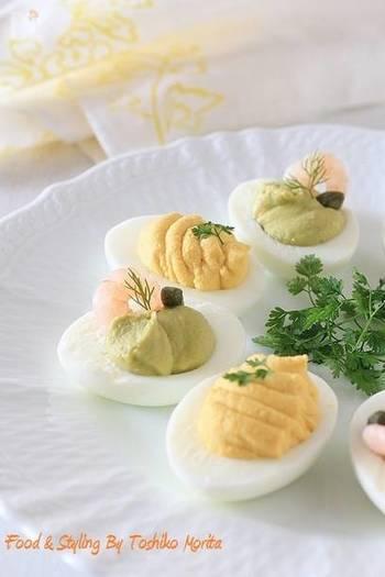 イエローとグリーン、2色の爽やかなデビルドエッグ。イエローは、ヨーグルトの酸味とカレー風味がマッチする、少しスパイシーなタイプ。そして、グリーンは女性人気絶大なアボカドと海老のコンビネーション。華やかなひと皿になりますね♪