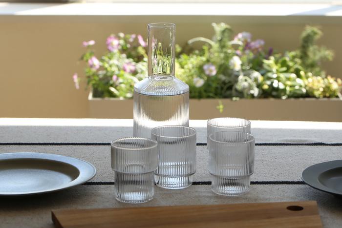 デンマークのトータルインテリアブランド『ferm LIVING(ファームリビング)』が展開する、さざ波のような涼し気なデザインがおしゃれな「Ripple(リップル)」シリーズ。4個セットのグラスは、薄すぎず厚すぎない飲み口に加えて、グラスの下部分の幅が異なるユニークなデザインや、どっしりと安定感のあるフォルムも特徴です。お水・ジュース・アイスコーヒーなど、どんな飲み物でもおしゃれに見せてくれます。