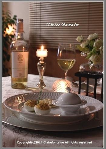スペシャルな夜の盛り付けアイデア。なにげないデビルドエッグも、贅沢なディナー皿と合わせることで、いつもとは少し違うよそゆきの表情に。ワインに合う、大人の味付けや具材を工夫しましょう。
