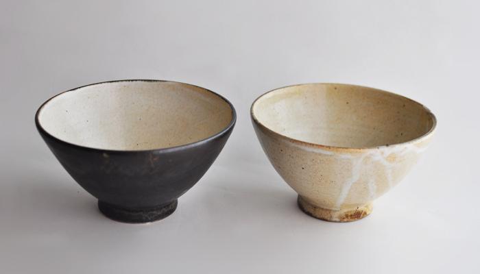 栃木県益子で作陶する陶芸家、中村恵子さん。土の素朴な色合いや自然な質感を引き立たせるようなデザインが魅力的です。淡く黄味がかった粉引の器は、焦げの感じがまた味わいに深みを足しています。マットな質感の黒もシンプルで素敵。かっこつけていないけど、かっこいい。理想的な日常の器です。