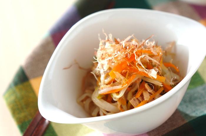 シンプルなもやしの色合いが、人参や三つ葉で華やかに。ツナ缶を汁ごと使うドレッシングにも注目のサラダです。