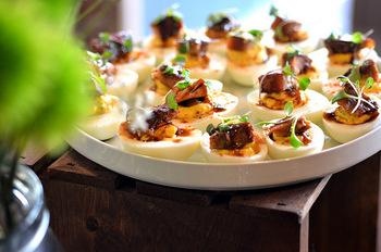 """本来、よみがえりを祝う復活祭に食べるデビルドエッグはとても縁起のいい食べ物。""""デビル""""の言葉の由来は「スパイスのきいた」「風味の強い」という意味からきているとか。ひと手間かけた卵料理は、確かにちょっと悪魔的なおいしさかも。"""