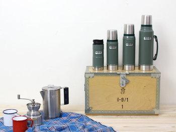 創業100年をこえるアメリカの老舗ブランド『STANLEY(スタンレー)』。ブランドを代表するクラシックバキューム(真空)ボトルは、シンプルなデザインと強靭な耐久性、真空ならではの高い保温・保冷力が特徴です。美しさと機能性を兼ね備え、スタンレーのアイコンモデルとして世界中で愛されている名品中の名品。サイズ展開も豊富なので、普段使いからアウトドアまで、シーンに合わせて選べるのも魅力です。