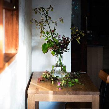 デンマーク王室御用達のグラスウェアブランド「ホルムガード」のフラワーベースFlora。ありそうでない洗練されたデザインが魅力です。
