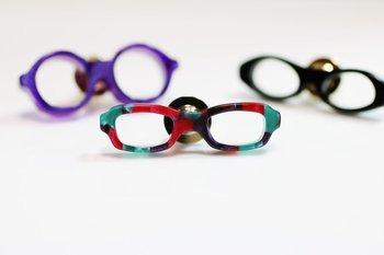 メガネをミニチュアにしたアクセサリー。ビジュアルやデザインもメガネそのものだけど、素材も実際にメガネフレームに使われる樹脂を使って制作されています。だからきっとメガネ好きならほっておけない、そんな作品。フレームの形を変えて、たくさんコレクションするのも楽しそう。メガネ以上にはまってしまいそうです。