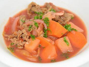 ロシアの家庭料理の定番・ボルシチもダッチオーブンで!缶詰のビーツを使うことで、手軽に調理することができます。