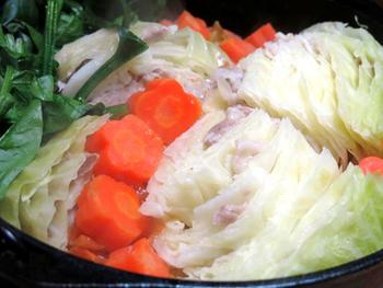 キャベツをまるごと1個使って作る、ミルフィーユ鍋。キャベツの隙間に豚バラ肉を挟み込んで、ダッチオーブンでじっくりと煮込みます。