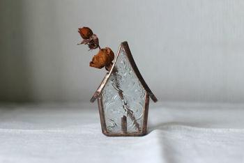 どこかノスタルジックでやさしいステンドグラスの作品を生み出すガラス作家、makoさん。多色使いではなく、無色透明なガラス作品が多く、ヨーロッパのアンティークのような趣深い佇まいが素敵です。小さなお家を表現した花器は、お花がなくてもただ置物としてかわいい。マットな質感なので、ドライフラワーがとてもよく似合います。