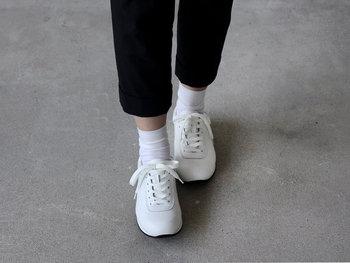 たくさんのもので溢れる世の中だからこそ、ものが作られる背景や意味、その価値を知ってもらいたいという想いを感じさせるブランドは、日々を丁寧に暮らしたい私たちの気持ちに、自然と寄り添ってくれます。履くほどに自分の足に馴染んでいく心地よさや、どんな服装にも似合うシンプルなデザインが嬉しい一足です。