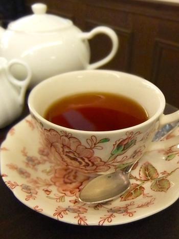 本場英国式の紅茶を楽しめるカフェ。インドやスリランカの茶葉の名産地のリーフで淹れたお茶をポットで提供してくれます。お店のオリジナルブレンドをはじめ、20種類以上の茶葉の販売もしているので、本格的な味を楽しみたい人から、いろいろな味を試してみたいという人まで満足できるお店です。