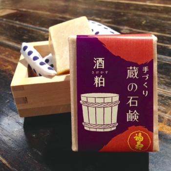 無添加の石けんは、昔ながらの製法で手しごとで製造されています。 食べても良い酒粕を配合した、お肌がしっとり潤うタイプ。