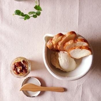 カロリーの高いマスカルポーネは、豆腐と合わせることでヘルシーに。はちみつと一緒にパンにつけていただくと美味!