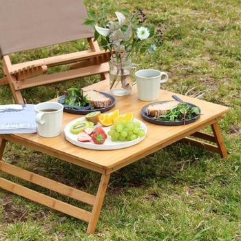BBQのテーブルとしても役立つ、バンブーのテーブル。たためば厚さ3㎝のスリムさで、持ち運びもラクです。天然素材は、大自然の中にしっくりとなじみます。