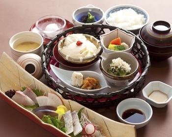 思わず歓声をあげてしまいそうなご馳走と日本酒を。 その時々の季節ものを丹精して作った料理は絶品です。