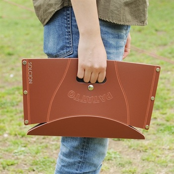 簡単にパタッとたためる簡易チェアのミニサイズ。たたむと、なんとA4サイズのバッグにも入るコンパクトさ。どんな狭い場所でも無理なく使えます。
