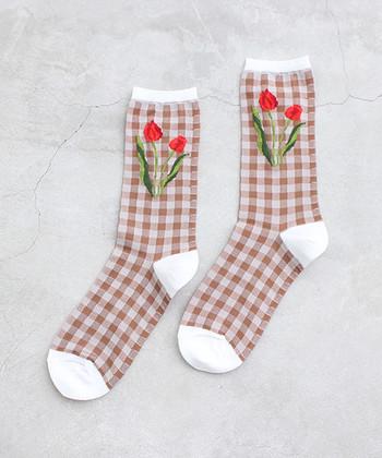 チューリップ柄がかわいい、春らしい靴下。ギンガムチェックなので、カジュアルにもロマンティックにも合わせやすいですね。