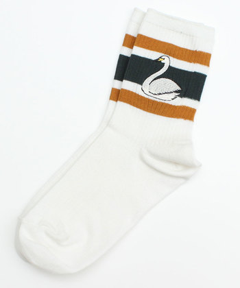 ラインの上におっきなスワンの刺しゅうがほどこされた、ボーイッシュな靴下。シンプルなコーデのアクセントにするのもいいですね。