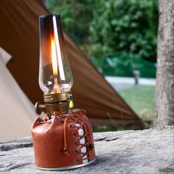 ラグジュアリーなキャンプ「グランピング」が流行していますね。こちらは、そんな大人のキャンプにおすすめの、ガス缶の本格レザーカバー。まるで紐付きの靴のようなデザインがおしゃれ。昼はガスストーブとしてコーヒーを沸かしたり、また夜はロマンティックなランタンとして使うと素敵です♪