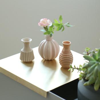 ハンマースホイの気品あふれる花瓶には、ぽっと開く小さめのお花がよく似合います。グリーンだけでも、お花だけでも、絶妙なバランスで優雅な雰囲気を作り出してくれます。