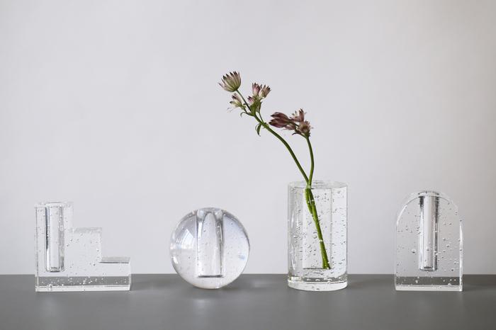 バブルグラスというちいさな泡をたっぷりと閉じ込めたガラスの花瓶は、光をうけてキラキラと輝きます。普段、あまり見かけないような個性的なお花に合わせたくなります。