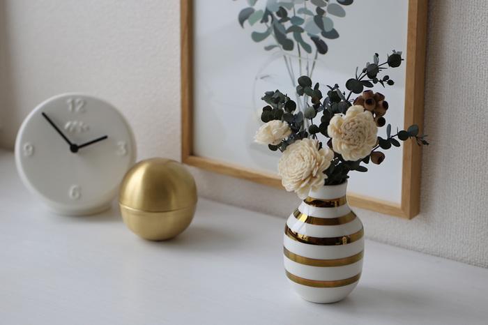 ゴージャスな金のストライプが入ったオマジオは、ほんのすこしのお花でもぐっと華やかに演出してくれる花瓶です。ちいさめの花瓶でも存在感が抜群ですね。