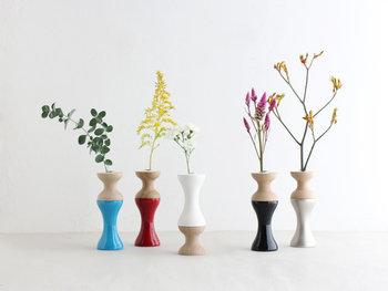 違う種類の一輪のお花をいくつか並べるときは、花瓶をおそろいにするとリズム感のある仕上がりになります。窓辺に飾りたくなる愛らしさです。