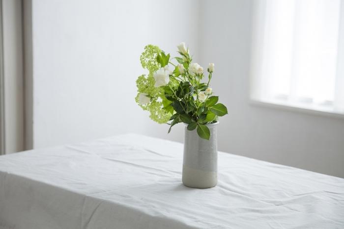 グリーンベースのお花たちにはマットなグレイの質感の花瓶が似合います。ふんわりとしたやわらかいグレイは、まわりの光景に馴染みやすくさりげないお花の演出におすすめです。よく見るとバイカラーになっているのもおしゃれです。