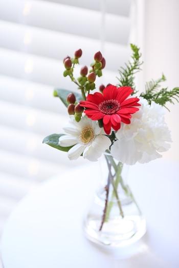 ちいさなブーケは口のすぼんだガラスの花瓶に挿してあげると、バランスよくおさまります。