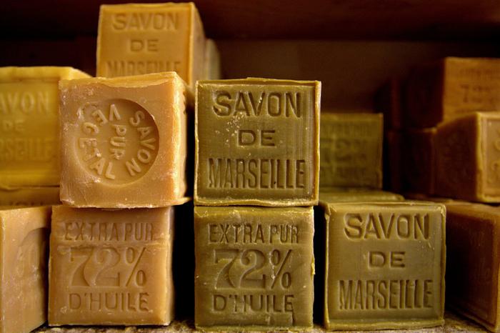 """ナチュラルソープとは主に、天然素材で作られた石鹸のことをいいます。天然植物オイルのなかでは、オーリーブオイルを原料として作られた""""マルセイユ石鹸""""などが有名ですよね。"""