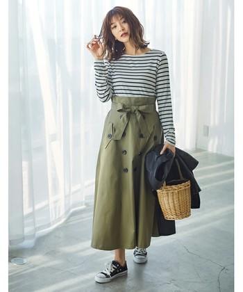 トレンチコートを思わせる上品な雰囲気のスカートは、今シーズンのトレンドアイテム。 ウエストをマークした大きなリボンは、アウターを羽織った時にもアクセントになってかわいい♪