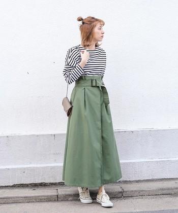コットンスラブという特殊な生地を使用したハイウエストスカートは、きれいなAラインを描くボリューム感がポイント。ロングスカートの印象に負けないように、トップスにボーダーを合わせて。全体のバランスを取ることができます。