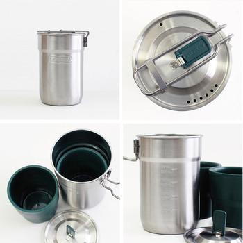 カップが2個収納できるキャンプクッカー。ふたには、熱くならないつまみがあり、やかんとしても大活躍。アウトドアでコーヒーを楽しむときにもとても便利です。また、口が広く、具だくさんのスープなどにも適しています。アメリカ・スタンレーの製品。