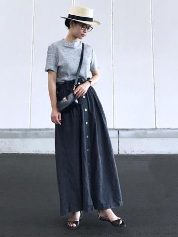 柔らかでしっかり長さのあるデニムスカートは、動きやすくジーンズ感覚では着こなせるアイテム。 ふんわりした優しさを残しつつ、かっこいいコーディネイトです。