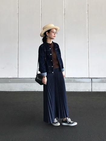 めずらしいデニム素材のプリーツスカートは、動いた時のシルエットがきれい。 プリーツのエレガントなイメージが苦手という人に、かっこよく着こなせるプリーツです。