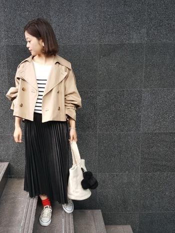 ミドル丈のプリーツスカートなら、カジュアルなアイテムとも合わせやすい◎ 赤いソックスがアクセントになって、大人可愛い着こなしです。