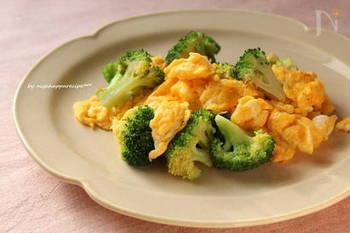 シンプルな中華風の卵炒めです。手早く炒めることで、ブロッコリーのグリーンと卵の黄色を鮮やかに仕上げています。