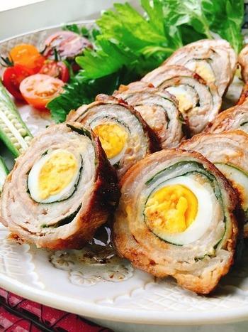 うずらの卵を大葉と豚肉で巻いたボリューム満点のおかずです。半分にカットして、白と黄色、そしてグリーンがアクセントに入った断面を見せるように盛りつけたいですね。