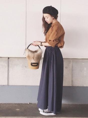 足首まですっぽり隠れるマキシ丈のギャザースカートは、甘い雰囲気が抑えられて、ワイドパンツのような落ち感を演出。 ふんわりブラウスを合わせれば、素敵な通勤スタイルに♪