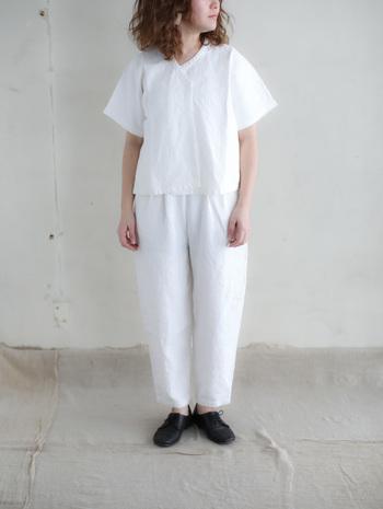 上下を白アイテムで揃えれば、春夏らしい清涼感のあるコーデに。無駄を削ぎ落とした美しい着こなしです。