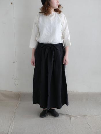 重たい印象になりがちな黒のロングスカートは、ナチュラルな風合いの生成りのシャツをトップスに加えることで、顔周りが明るくなり爽やかな着こなしに。