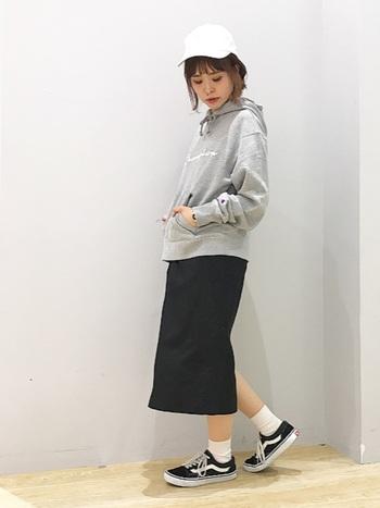 タイトスカートは、スマートに着こなしたい時におすすめのアイテム。 スポーティーなアイテムとも相性は◎ 幅広く活躍してくれます。