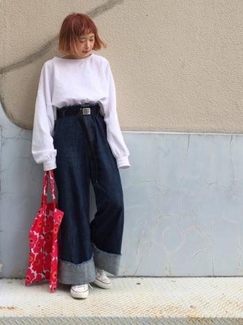 袖が長いビッグシルエットは、パンツインするだけでふんわりシルエットのトップスに見えるから、コーデ次第で雰囲気が変わります。 しっかりウエストマークしたワイドパンツと組み合わせて。脚長効果があるのもうれしい。